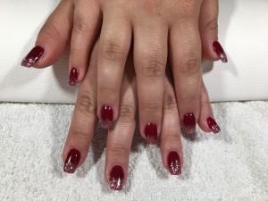 Rote Nägel mit Schneeflocken